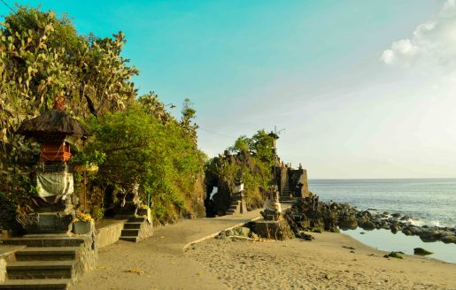 Batu Bolong Temple in the evening sunshine